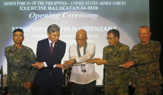 5月9日,菲律宾防长洛伦扎纳(中)参加美菲联合军演启动仪式