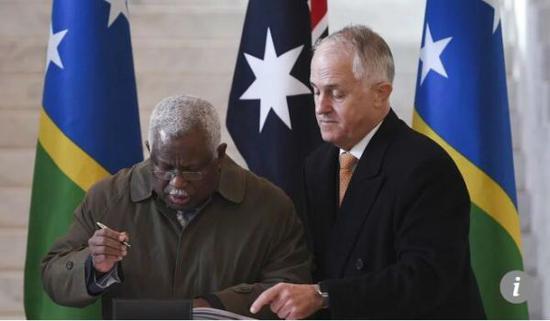 所罗门群岛总理里克·霍尼普韦拉(左)和澳大利亚总理特恩布尔在澳大利亚国会大厦举行的项目签约仪式上。(法新社)