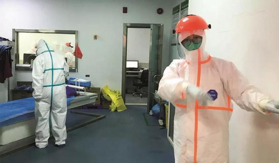 2020年2月15日下午,武汉大学中南医院的CT室正在做新冠肺炎检测。摄影/本刊记者 王小