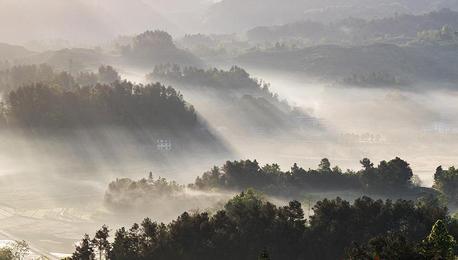 重庆南川现丁格尔效应 晨光似瀑布倾泻