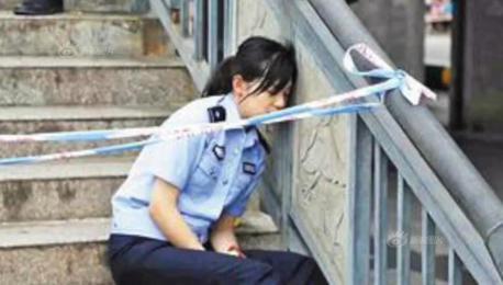 抗洪连续奋战20余小时 重庆警花靠护栏休息照片刷屏