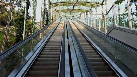 重庆现首条电动扶梯崖壁步道