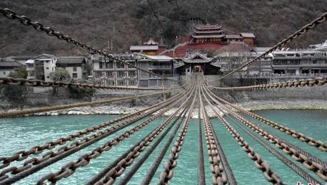 四川泸定大渡河上百年铁索桥迎大修
