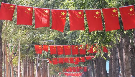 国庆将至 全国各地街头红旗飘飘