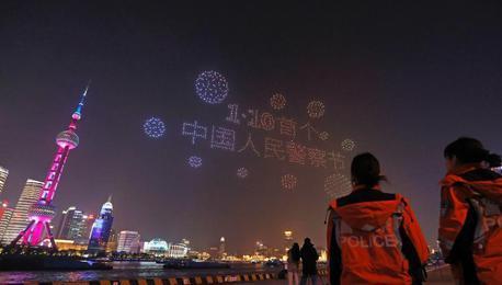 """庆祝首个""""中国人民警察节"""" 无人机编队亮相上海黄浦江"""