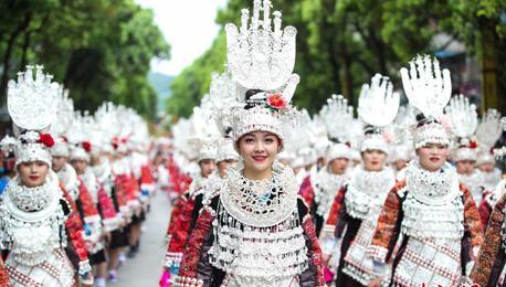 """贵州台江:民众着苗族盛装巡游欢度""""姊妹节"""""""