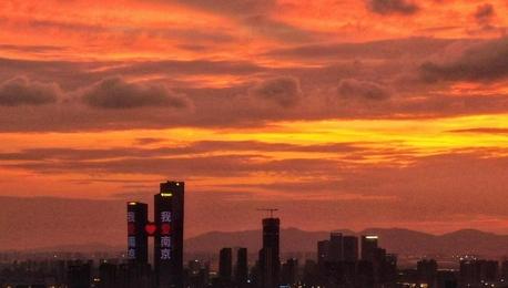 """受台风""""烟花""""外围影响 南京天空""""变幻多端""""现彩霞"""
