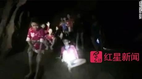 ▲救援人员发现了被困在洞穴内的少年足球队成员  图据CNN