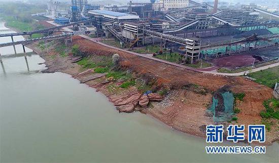 3月29日用无人机拍摄的安徽贵池前江工业园内某公司厂区内的长江堤岸旁倾倒的选矿尾渣。新华社图