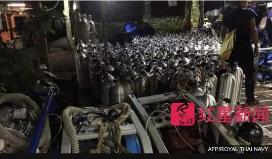 ▲洞穴外准备的氧气罐 图据AFP