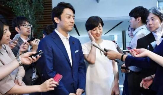 ▲小泉进次郎接受采访。图片来自新京报网。