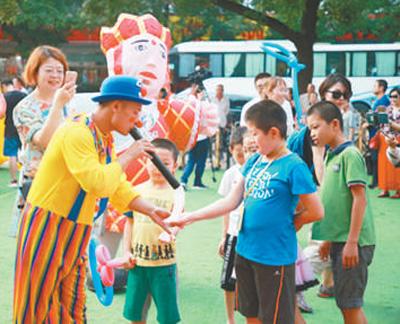 在第八届中国儿童戏剧节上,小朋友们参与现场体验活动。资料图片