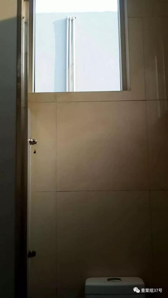 ▲小白营停车区厕所间内的窗户。受访者供图