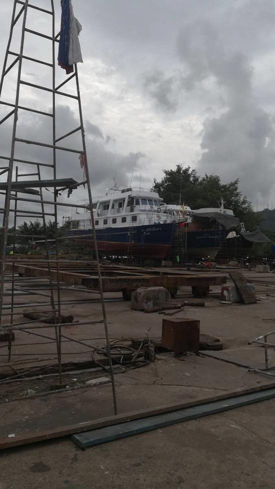 伊恩娜所指的正在接受修理的金属结构船只。