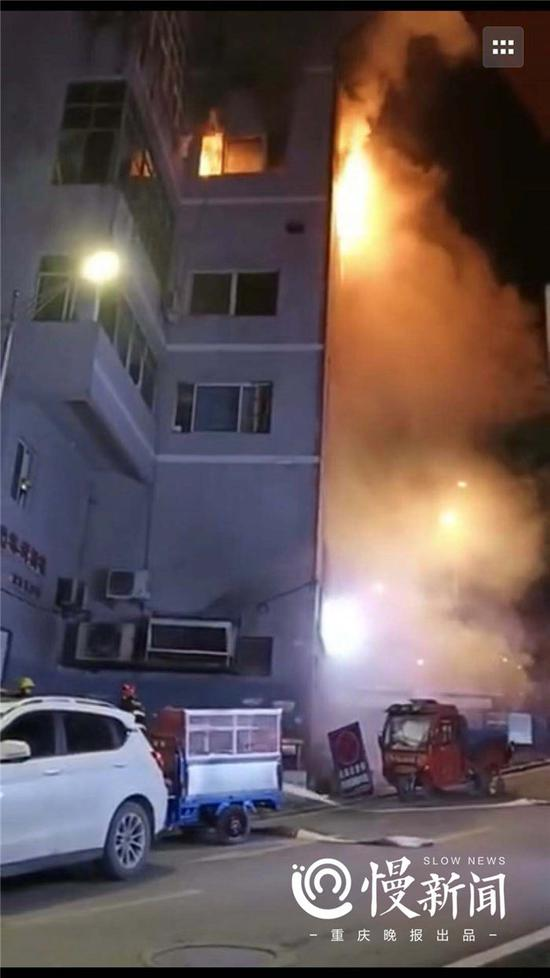视频|重庆武隆一知名餐饮店深夜大火 有人跳楼逃生