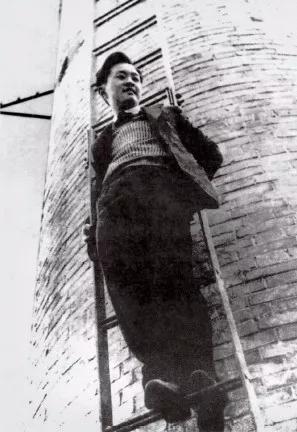 1937年,抗日战争爆发前数月。黄仁宇当时正就读于天津南开大学,充满着快乐与自信的神情。这是他最喜欢的照片之一,常悬挂于卧室之中。