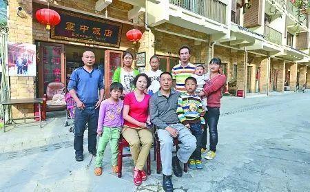 ?杨云青和家人在饭店前合影 图 | 重庆商报 钟志兵