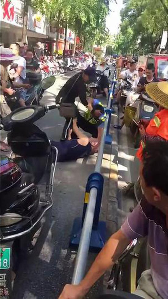 男子逆行撞人还殴打辅警 厦门招标代理公司警方:打人者智力残疾