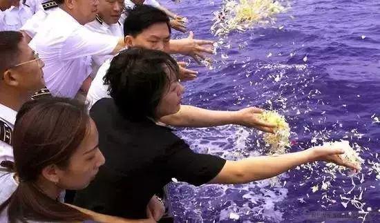 2001年4月26日,王伟妻子阮国琴在海上祭奠丈夫。图片来源:军报记者