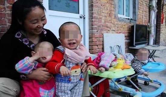 """""""爱心妈妈""""李利娟和她收养的弃婴。 封面新闻 图"""