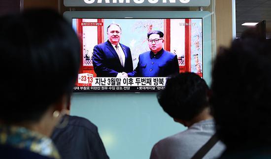 当地时间2018年5月9日,韩国首尔,韩国民众关注美国务卿蓬佩奥访问朝鲜的新闻报道。视觉中国 图