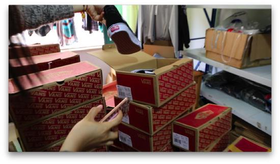 """(图说:警方查获销售假冒""""VANS""""鞋子的现场。)"""