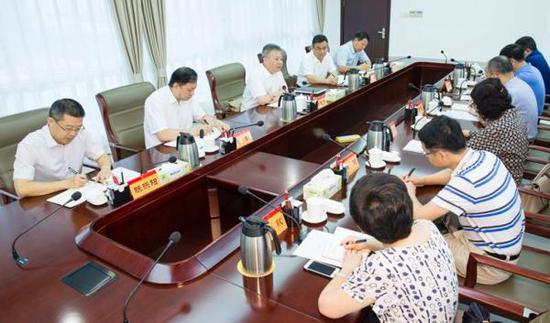 8月11日上午,海南省长沈晓明主持召开新闻媒体座谈会。 海南日报 图