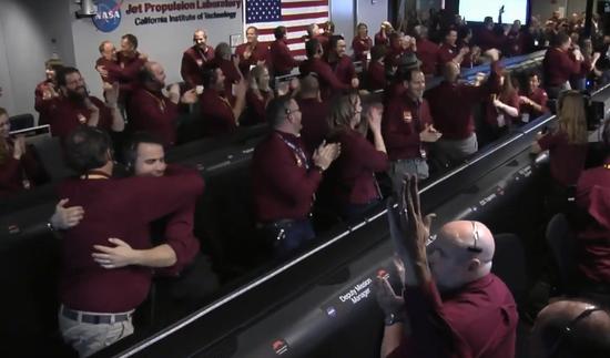 """视频:""""洞察号""""火星探测器成功着陆 控制室现场全"""