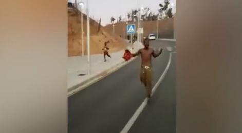 视频:大批非洲非法移民抵达西班牙 街头跑蹿欢庆入