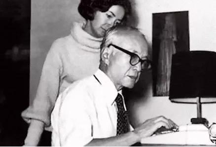 """1979年,在纽普兹家中,黄仁宇与妻子格尔共同校阅手稿。 本文图片均来自""""环球人物""""微信公众号"""