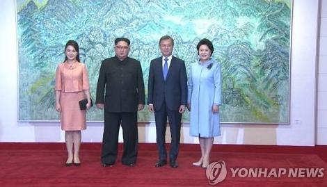 """4月27日下午,在板门店韩方一侧""""和平之家"""",韩朝领导人伉俪合影留念。(图源:韩联社)"""