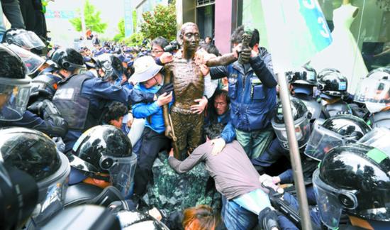 1日,为设立劳工像,市民团体与警方爆发冲突