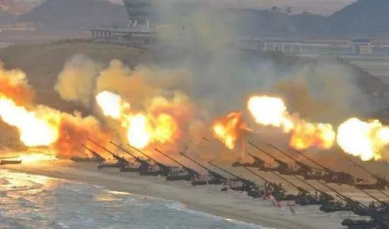 """▲资料图片:2016年3月,朝鲜人民军""""谷山大炮""""群集结海滩炮击演练。"""