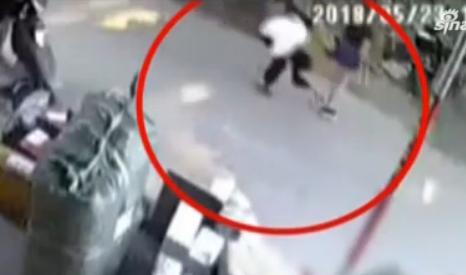 视频:变态男弯腰偷看女生裙底 被察觉后淡定走开