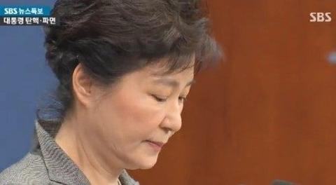 去年3月10日,朴槿惠被弹劾总统职务。(韩国SBS电视台)