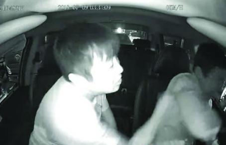视频:的哥劝乘客系安全带遭暴打 怕被处罚有苦难言