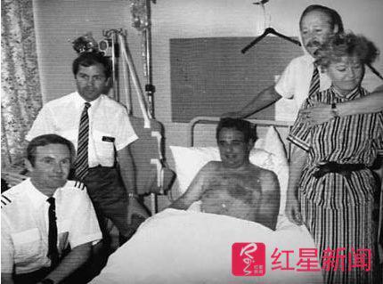 ▲英国航空5390机长兰卡斯特在医院接受救治  图据《悉尼先驱晨报》