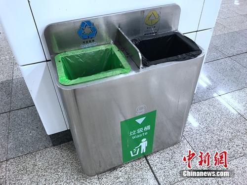 """街道、地铁等一些公共区域,垃圾桶一般进行了""""可回收垃圾""""和""""其他垃圾""""分类。"""