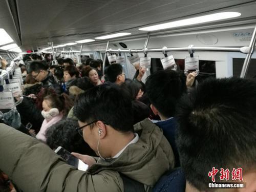 资料图:北京地铁上人员拥挤。中新网记者 李卿 摄
