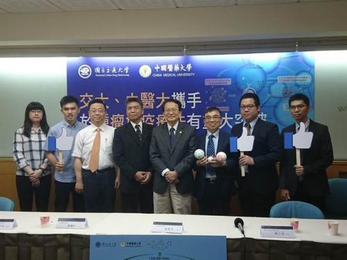 台湾交通大学校长张懋中(中)率领两校研究团队召开记者会,发布研究成果。图片来源:台湾《旺报》 李侑珊/摄