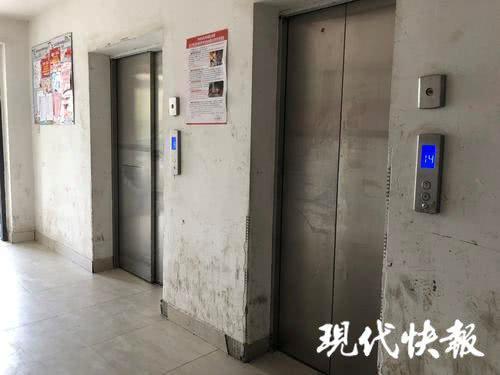 小区配有一个货梯和一个客梯