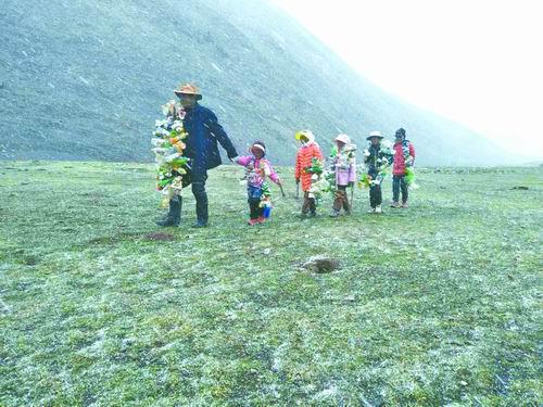 青海三江源清理垃圾的藏民。尕塔供图