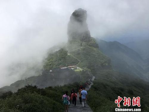 """资料图: 梵净山""""清凉""""资源吸引海内外游客登山避暑。 杨云 摄"""