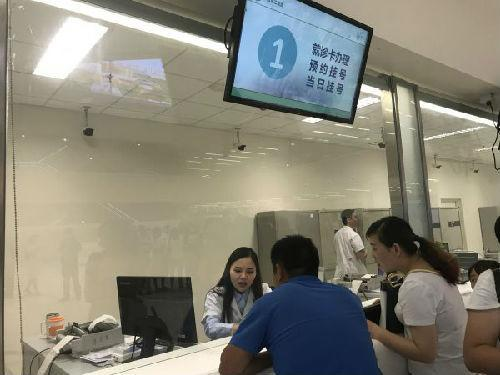 """资料图片:病人在四川大学华西第二医院挂号。赫赛汀等抗癌药的降价,得益于曾经的一些""""天价药""""经过政府谈判降价后被成功纳入医保。(新华社)"""