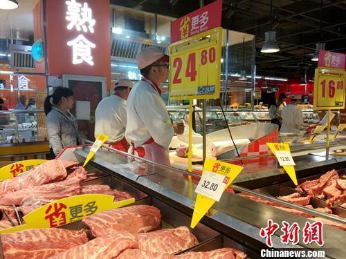超市里正在售卖的猪肉。中新网记者 李金磊 摄