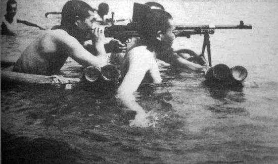 ▲资料图片:海南岛战役前解放军练习水上射击。(维基百科)