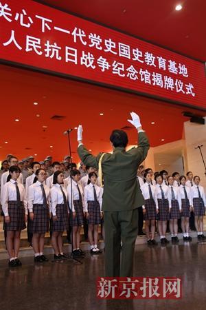 学生在演唱革命歌曲。