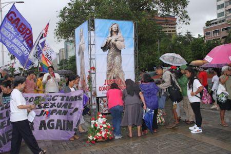 """当地时间6月12日,菲律宾多个团体举行纪念活动,要求重竖""""慰安妇""""铜像。(图片来源:《菲律宾商报》记者Tony Ramos摄)"""