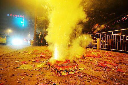 燃放烟花爆竹要特别小心。资料图片