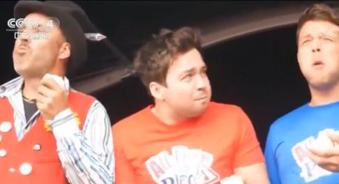 """视频:英国上演""""吃洋葱大赛"""" 参赛者眼泪鼻涕横飞"""
